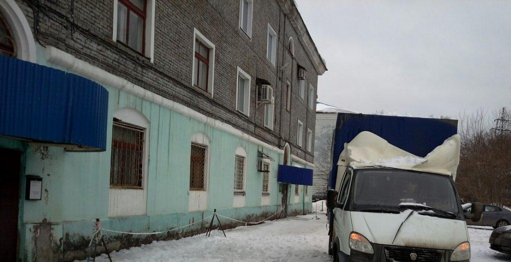 """В Чепецке на """"Газель"""" упала глыба снега"""