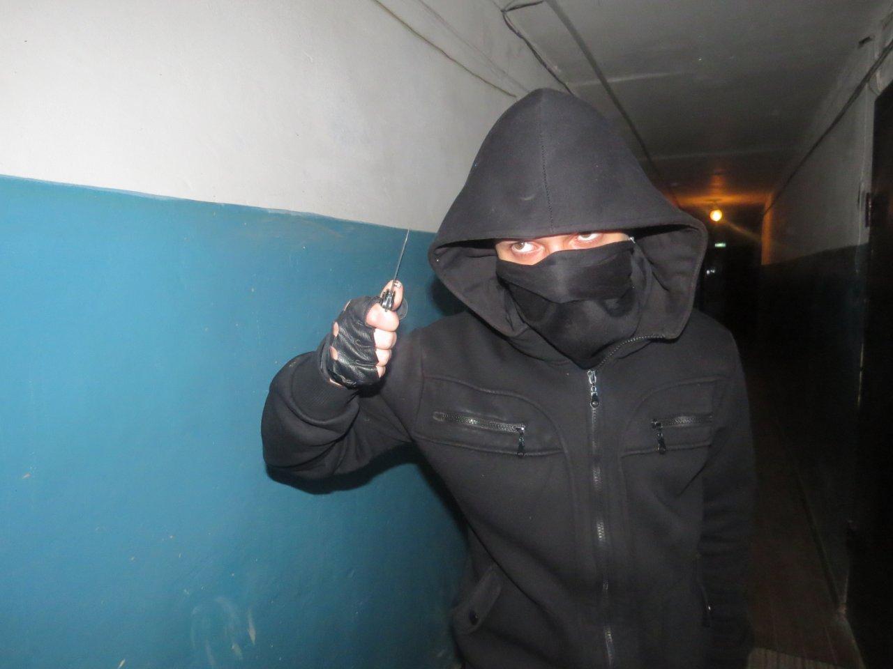 В Чепецке парень выбил дверь и напал на хозяина квартиры с ножом