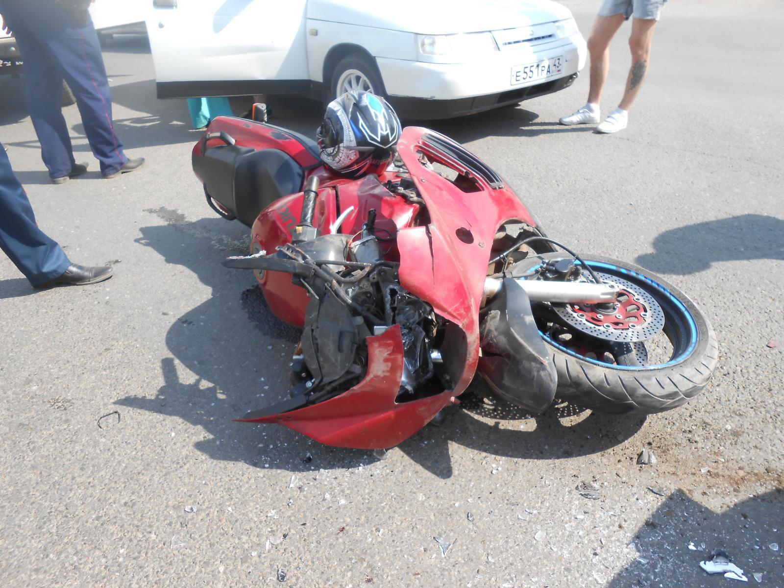 В Кирово-Чепецке мотоцикл выехал на красный свет и столкнулся с «Калиной»