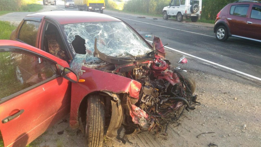 В Кировской области легковушка влетела в грузовик: 26-летнего водителя срочно доставили в больницу
