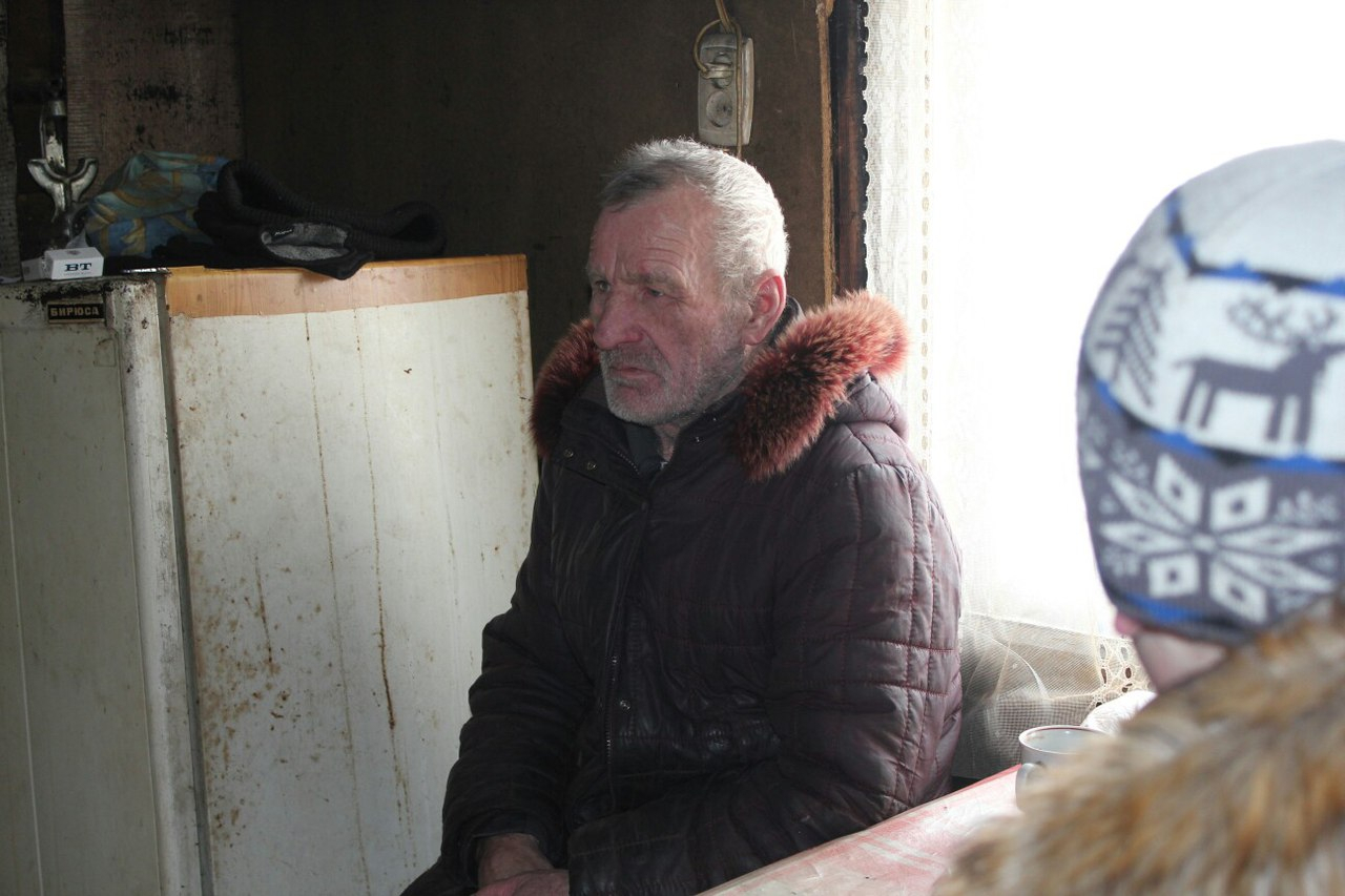 В Чепецком районе школьники помогают старикам, живущим в сгоревшем доме