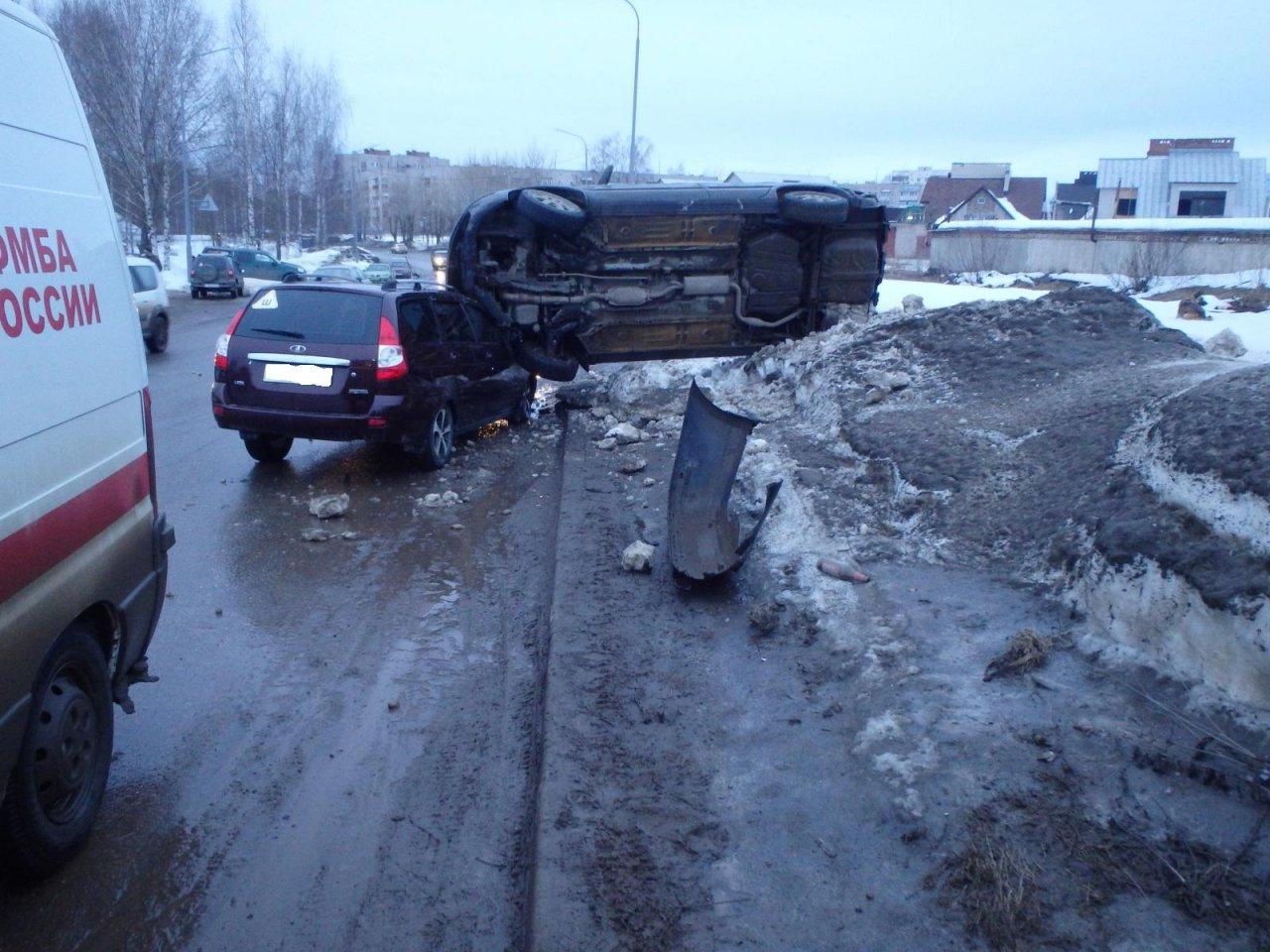 В Чепецке Mitsubishi наехал на припаркованную «Ладу»: есть пострадавшие