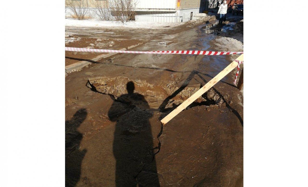 В Чепецке на проспекте России провалился асфальт