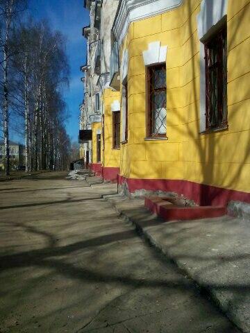 В Чепецке у здания музея после капремонта обвалилась штукатурка