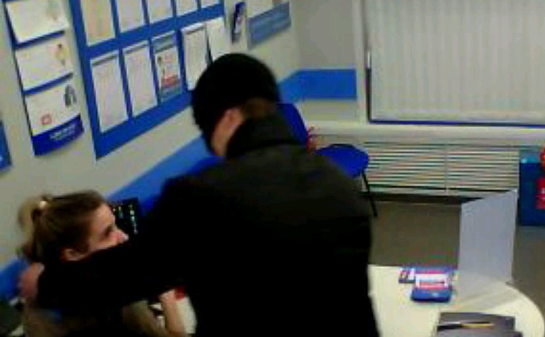 Видео: нападавший в Чепецке пришел грабить центр микрозаймов с кухонным ножом