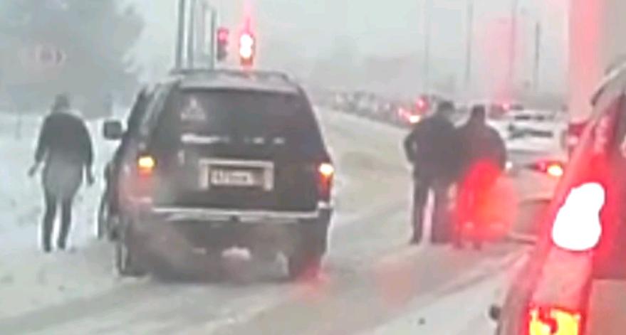 У поворота на Чепецк столкнулись иномарки, объезжая пробку за снегоуборочной техникой