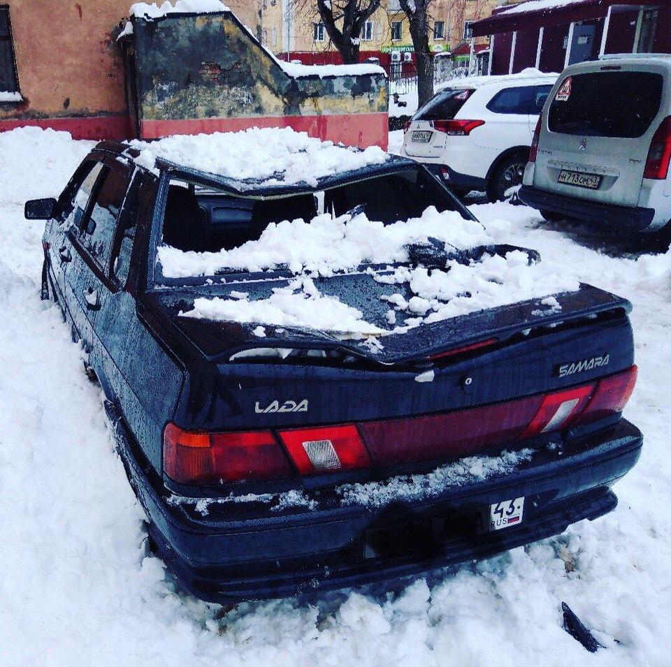 Чепецкие рабочие скинули снег с крыши на легковой автомобиль