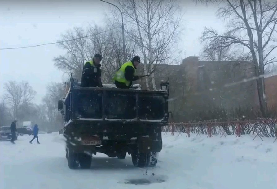 «Технологии по-чепецки»: дорожники раскидывают песок лопатами на ходу из грузовика