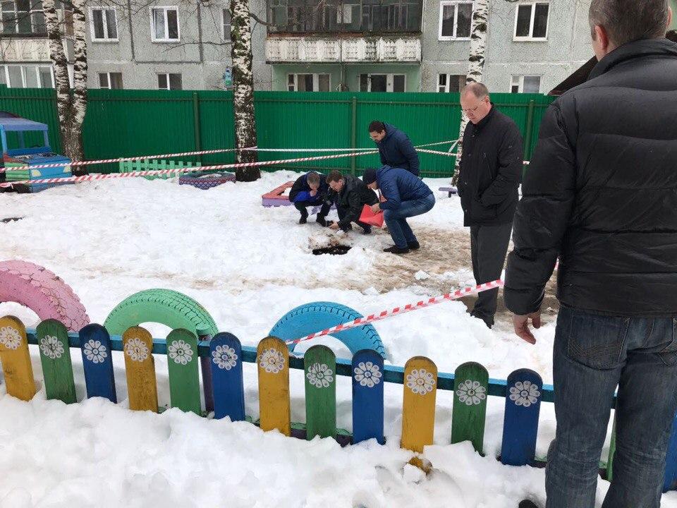 В Кирове ребенок у детского сада провалился в яму глубиной 2 метра