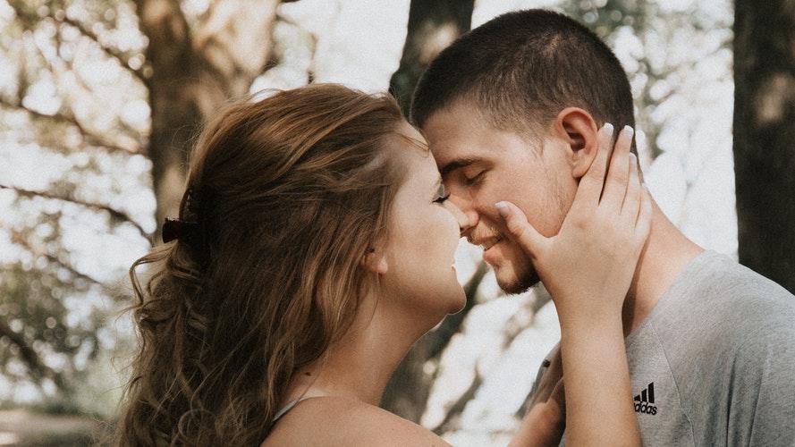 Гороскоп: у Раков - романтика, а у Дев - интересное знакомство