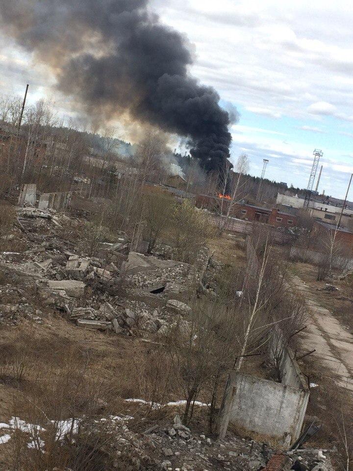 В Чепецке 37 спасателей тушили здание бывшей воинской части
