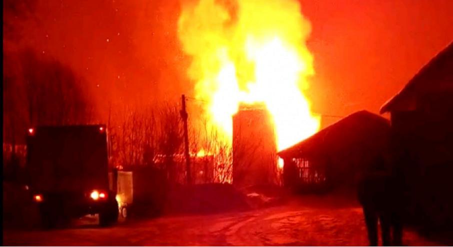 В Кировской области прохожие спасли в пожаре двух женщин
