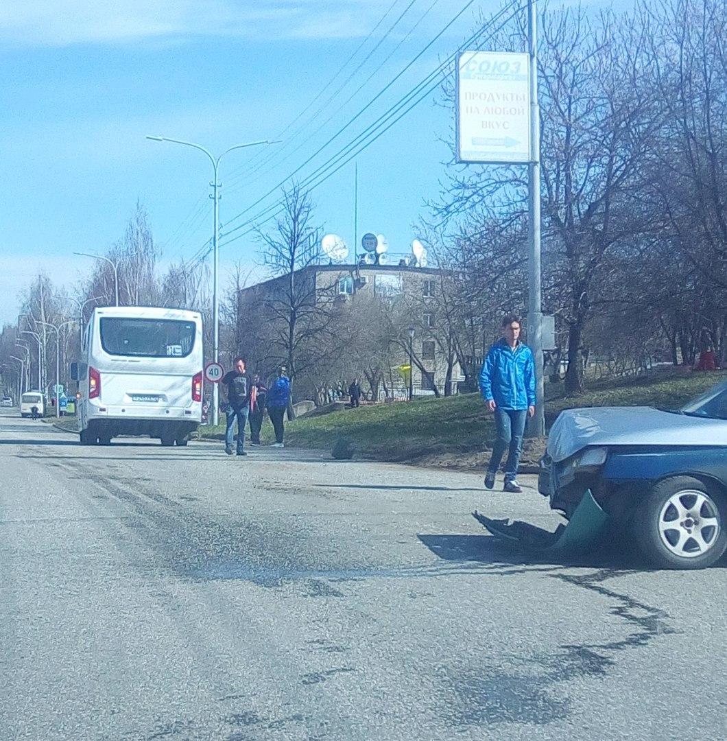 В Чепецке столкнулись ПАЗик и ВАЗ: есть пострадавшие