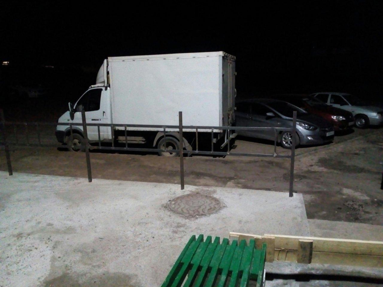 У дома в Чепецке установили крыльцо с «могильной» оградкой