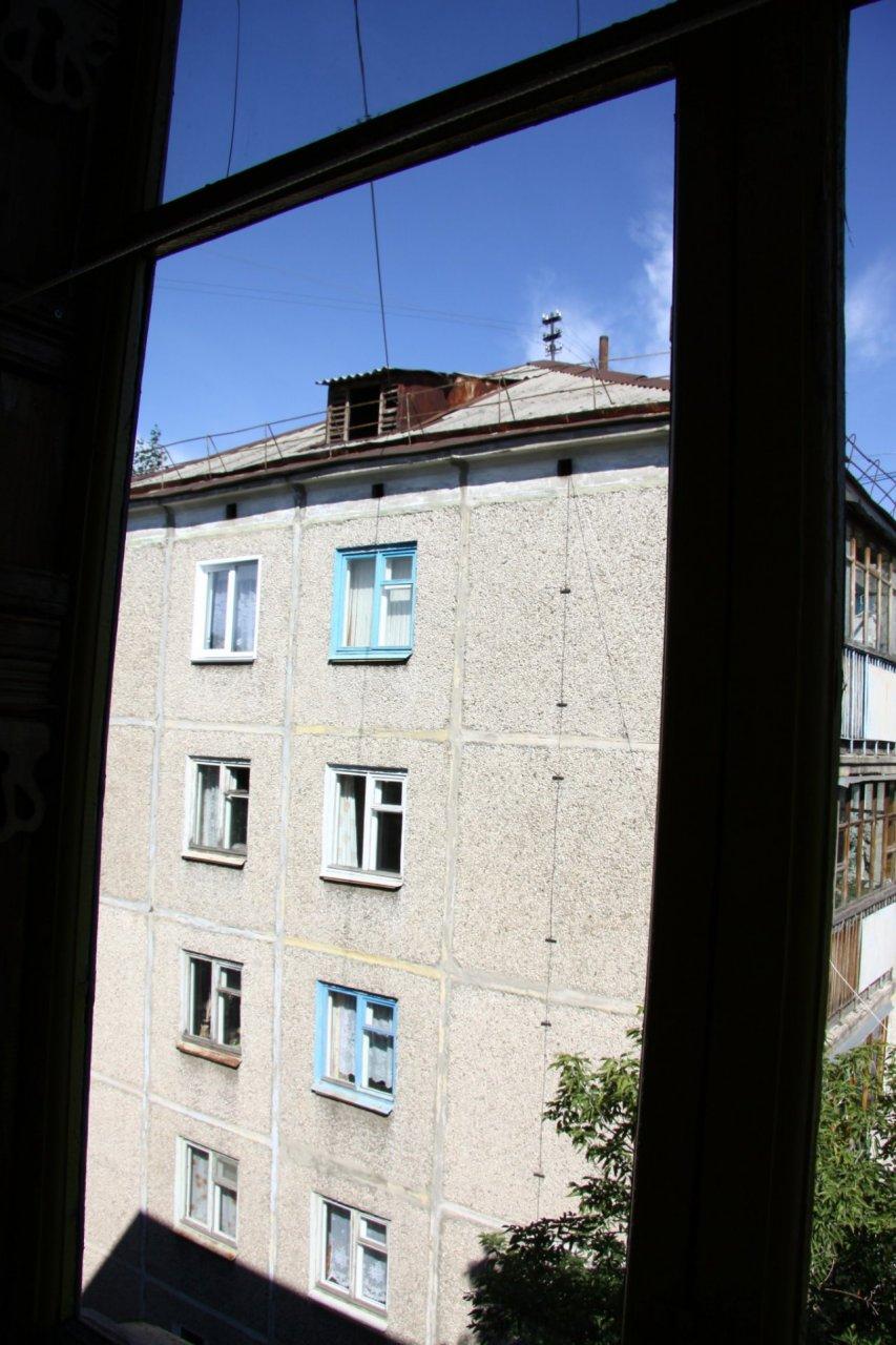 В Кировской области из окна пятого этажа выпала 3-летняя девочка
