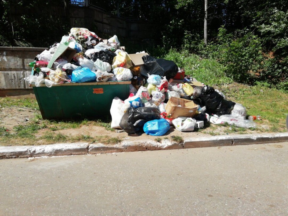 В Чепецке из-за постоянной свалки уберут контейнеры у жилого дома