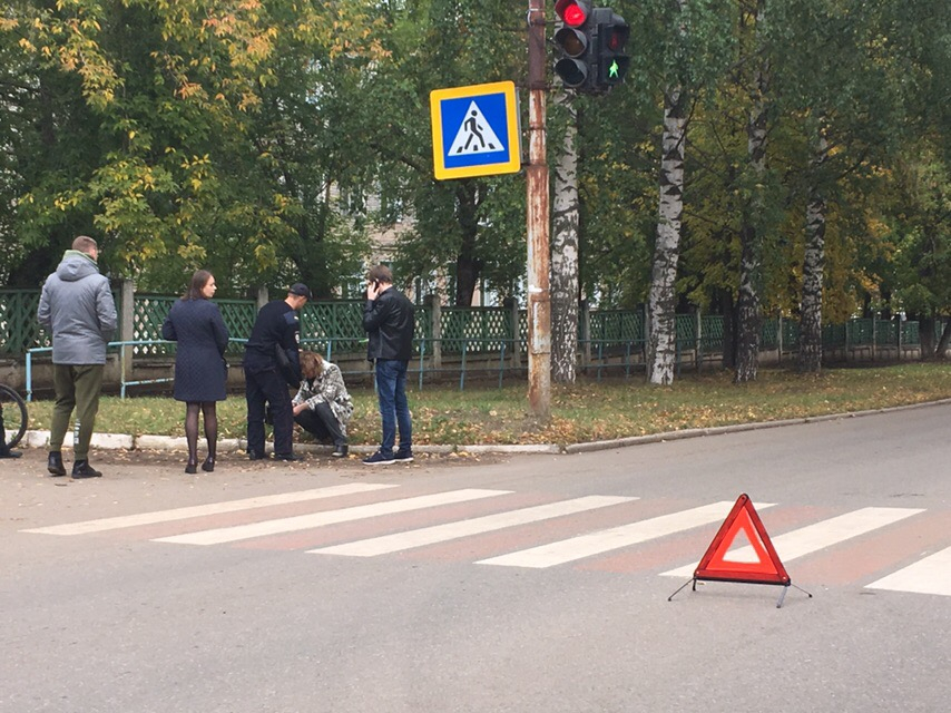 «Живая, но в крови»: в Чепецке на пешеходном переходе у школы сбили женщину