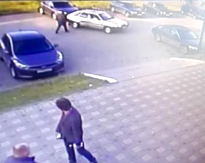 У ТЦ «Бум» ВАЗ наехал на Citroen и скрылся: ищут очевидцев аварии