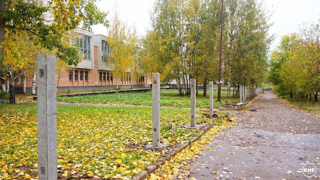 У художественной школы в Чепецке начали ставить забор