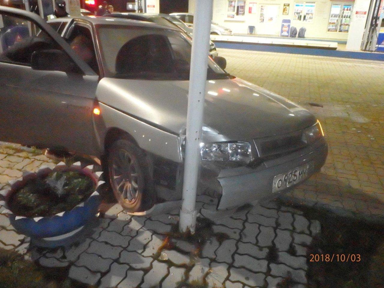 На АЗС в Чепецке «десятка» без водителя сама завелась и въехала в столб
