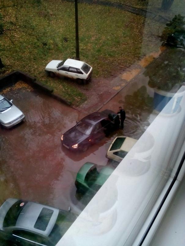 В Кирово-Чепецке после дождя затопило двор