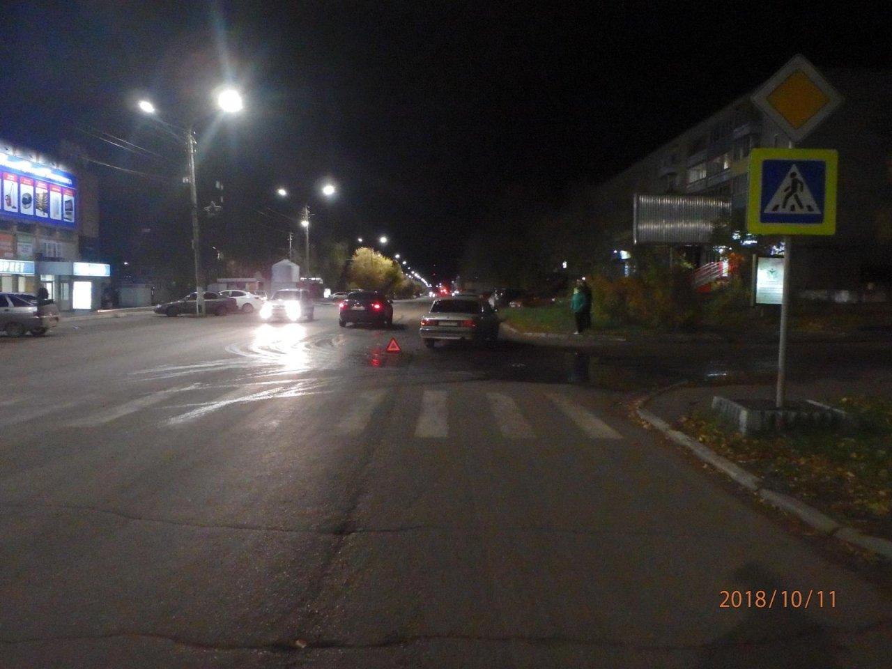 В Чепецке у ТЦ «Русь» неизвестный водитель въехал в «Волгу» и скрылся