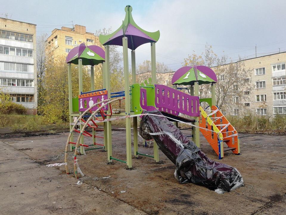 Стало известно, почему детскую площадку на Сосновой устанавливают не в сезон