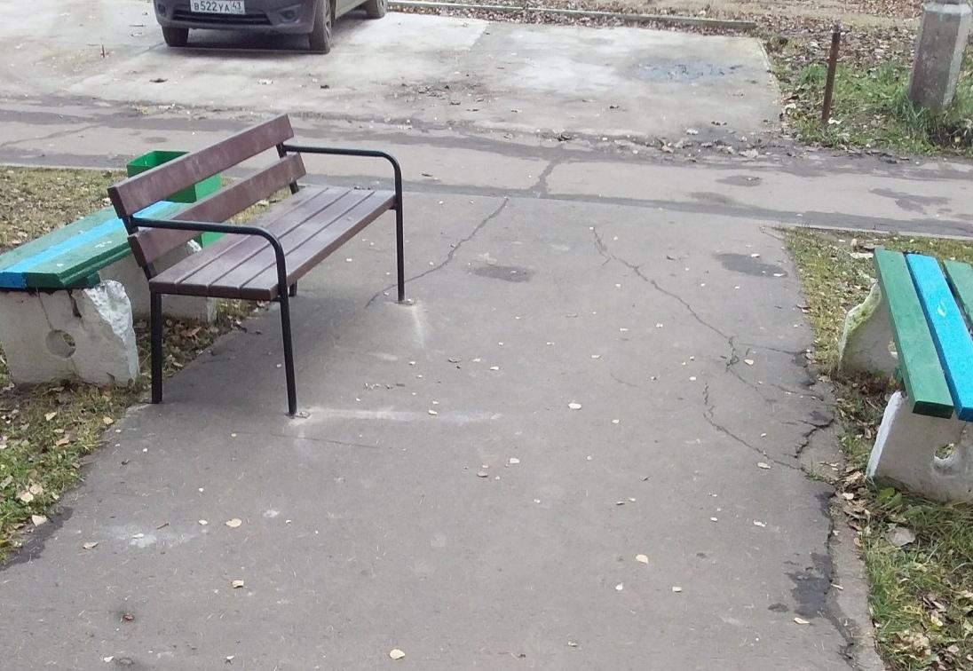 В администрации объяснили, почему на улице Азина появилось «много скамеек»