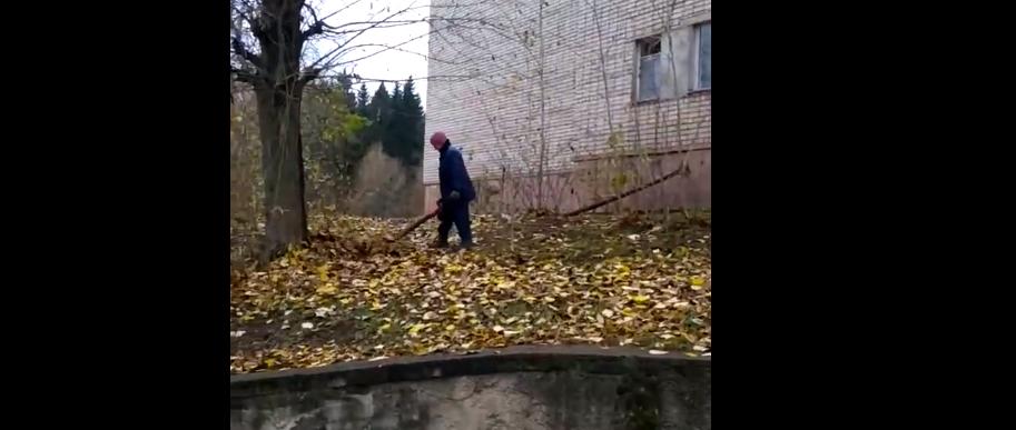 «Для чего это делают?»: чепчан удивляют дворники с воздуходувками