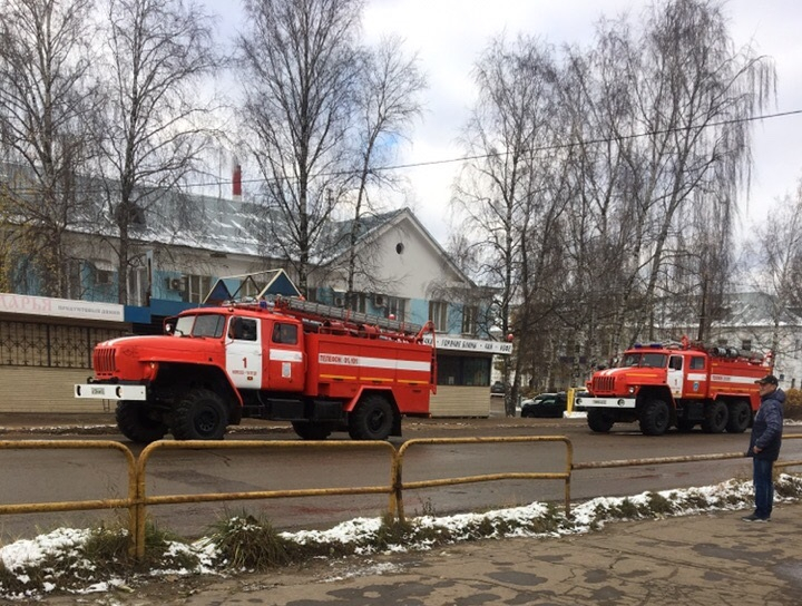 У чепецкого предприятия территорию оцепили пожарные и полиция