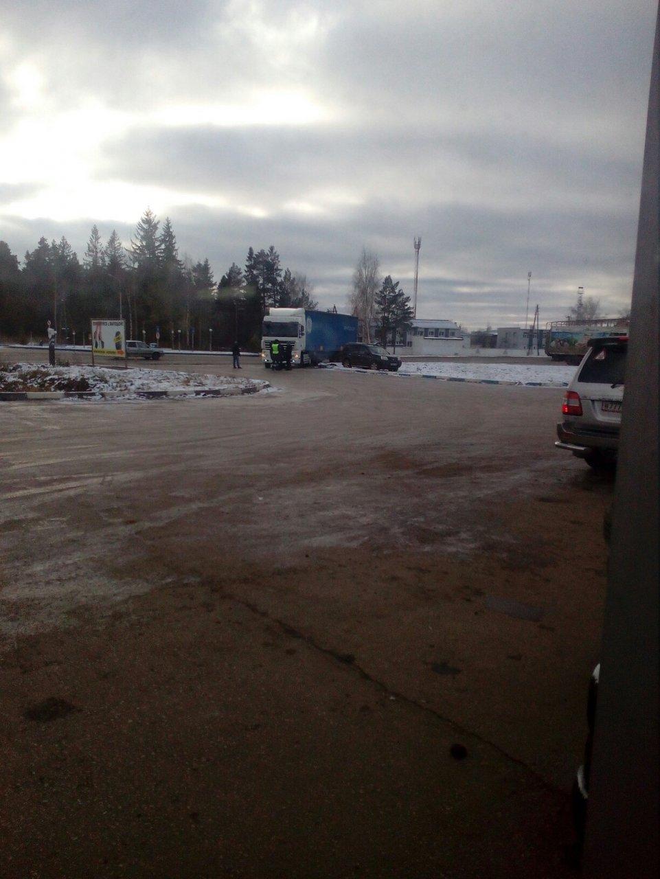В Чепецке большегруз не пропустил кроссовер: Nissan оказался на газоне