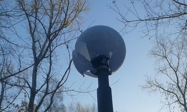 """В парке у """"Олимп-Арены"""" неизвестные разбили фонари"""
