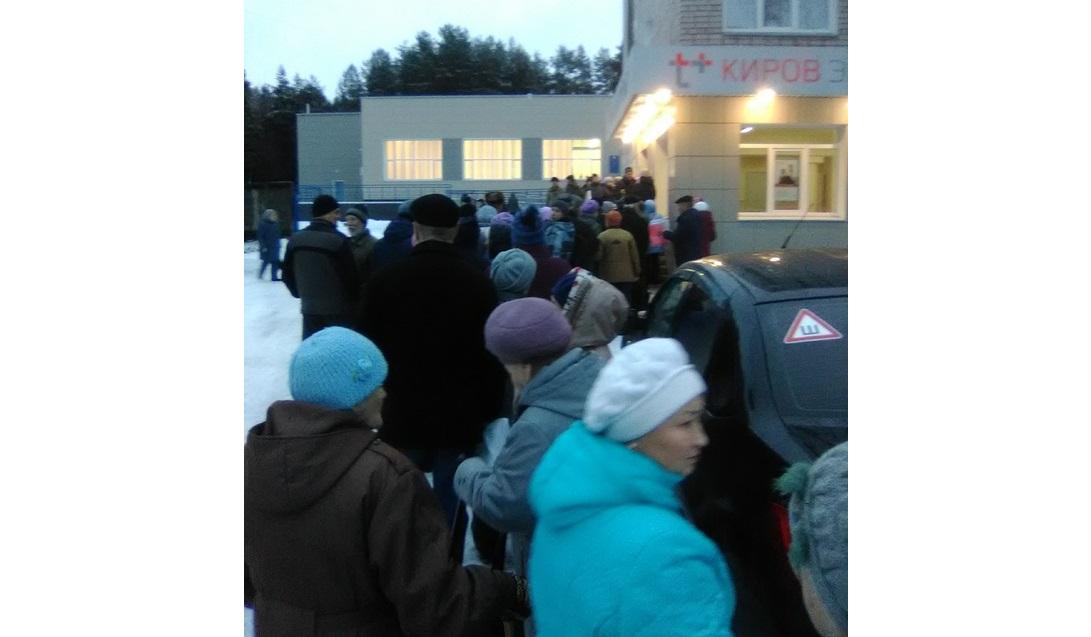 В Чепецке вновь выстроилась огромная очередь возле «Энергосбыта»