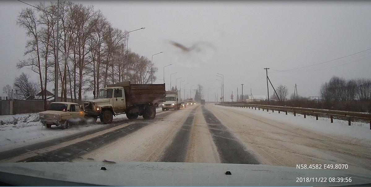 Появилось видео ДТП у Кобелей, где «шестерка» влетела в грузовик