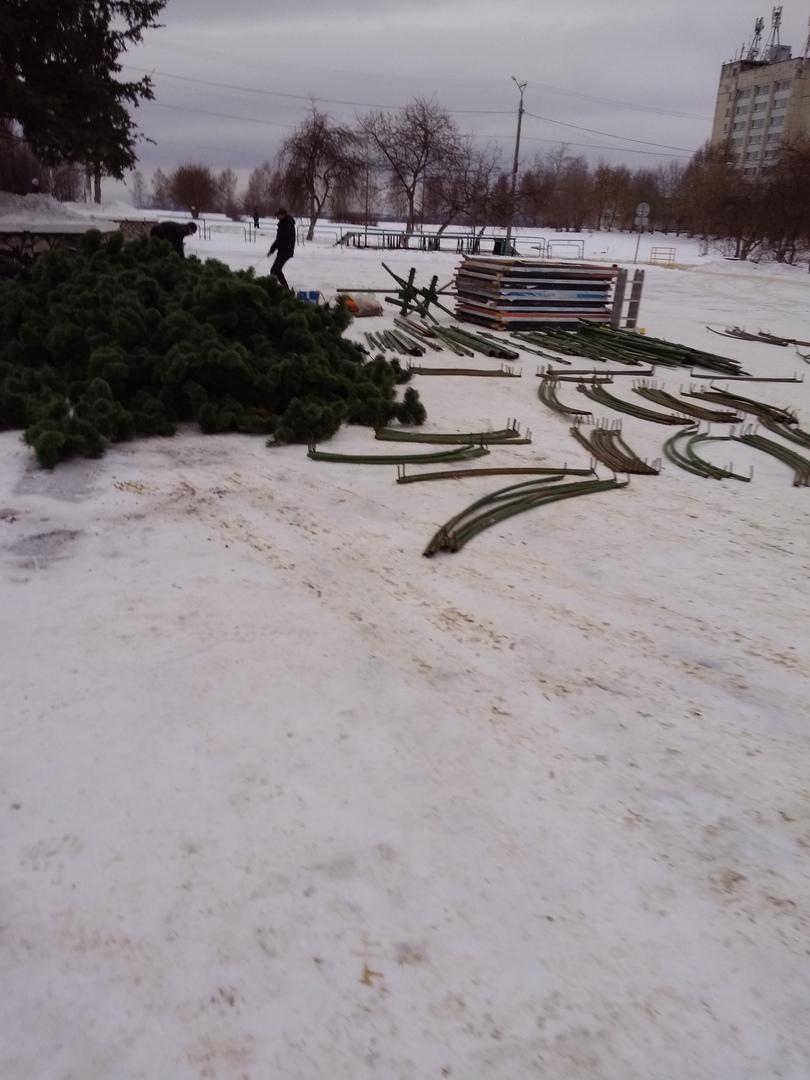 В Чепецке начали устанавливать главную новогоднюю елку