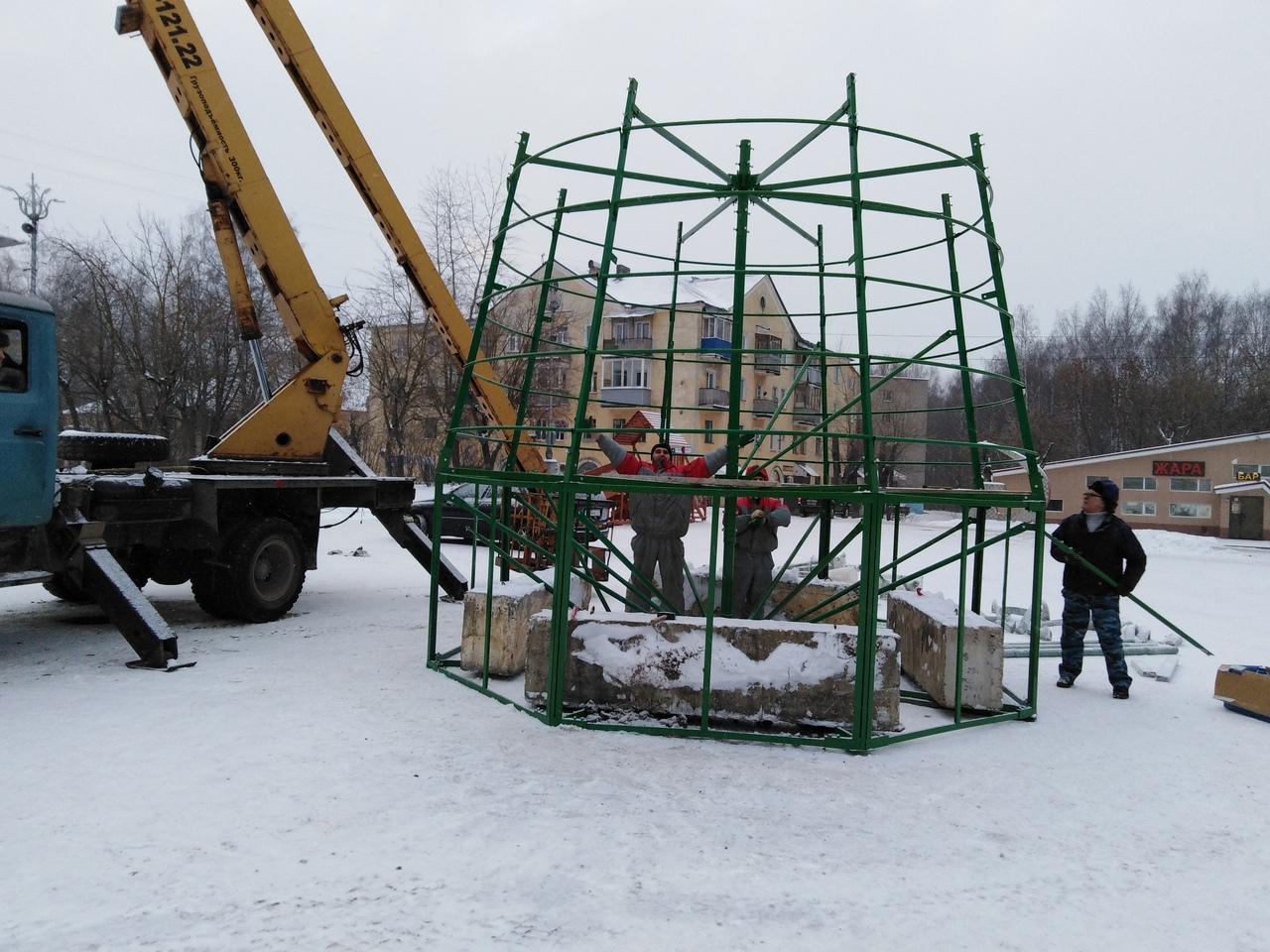 В Чепецке на площади у ДК «Дружба» устанавливают елку