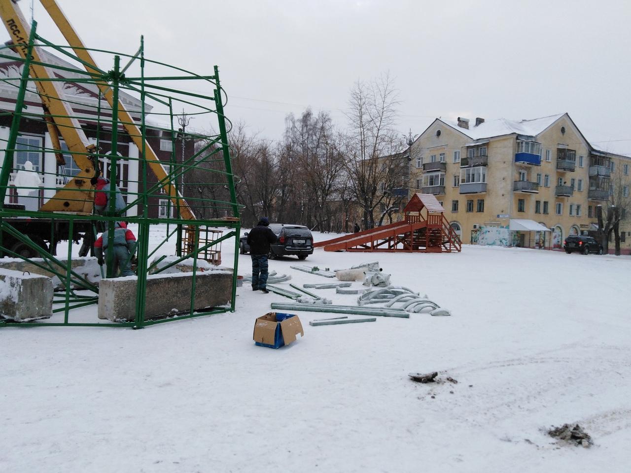 В Чепецке водители паркуют машины у елки у ДК «Дружба»