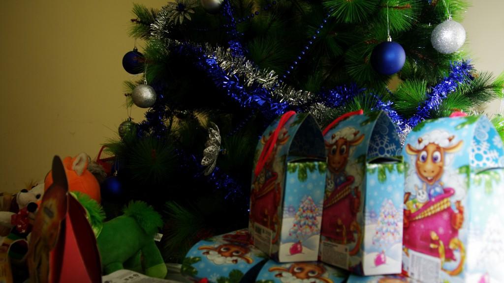 В Роспотребнадзоре рассказали, на что обратить внимание при выборе сладких новогодних подарков