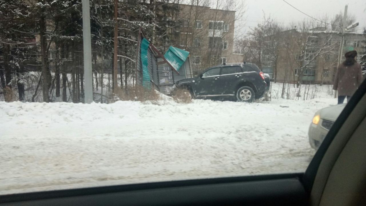 В Чепецком районе внедорожник на скорости влетел в остановку