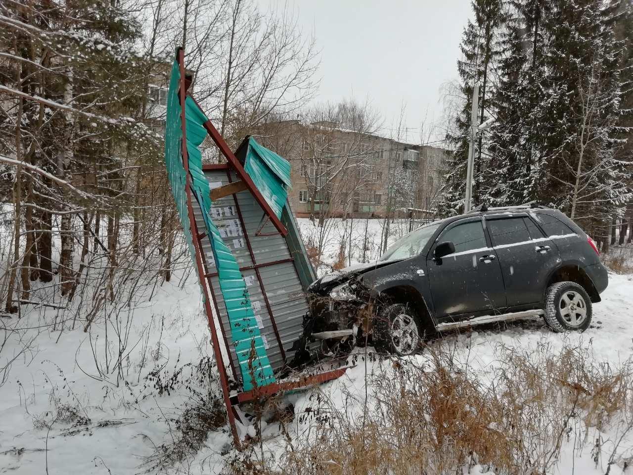 Пьяному водителю внедорожника, который снес остановку в Ключах, предстоит возместить ущерб