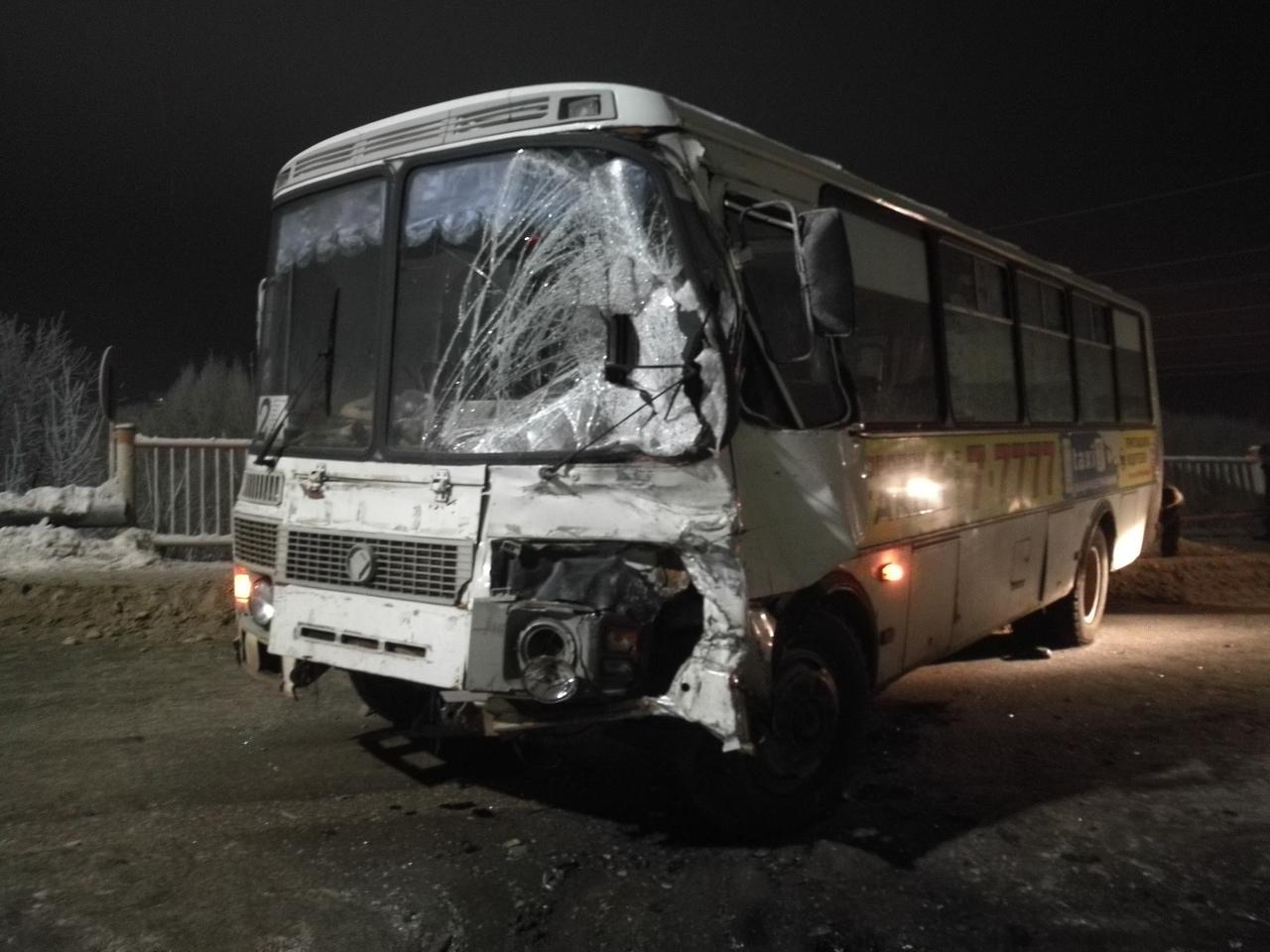 В Чепецке на мосту столкнулись ПАЗ и Mercedes: пострадали пять человек