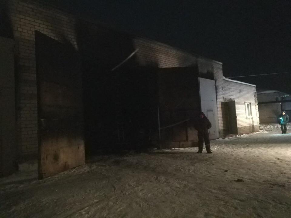 В Чепецком районе загорелся гараж: огнеборцы спасли стоявший там внедорожник