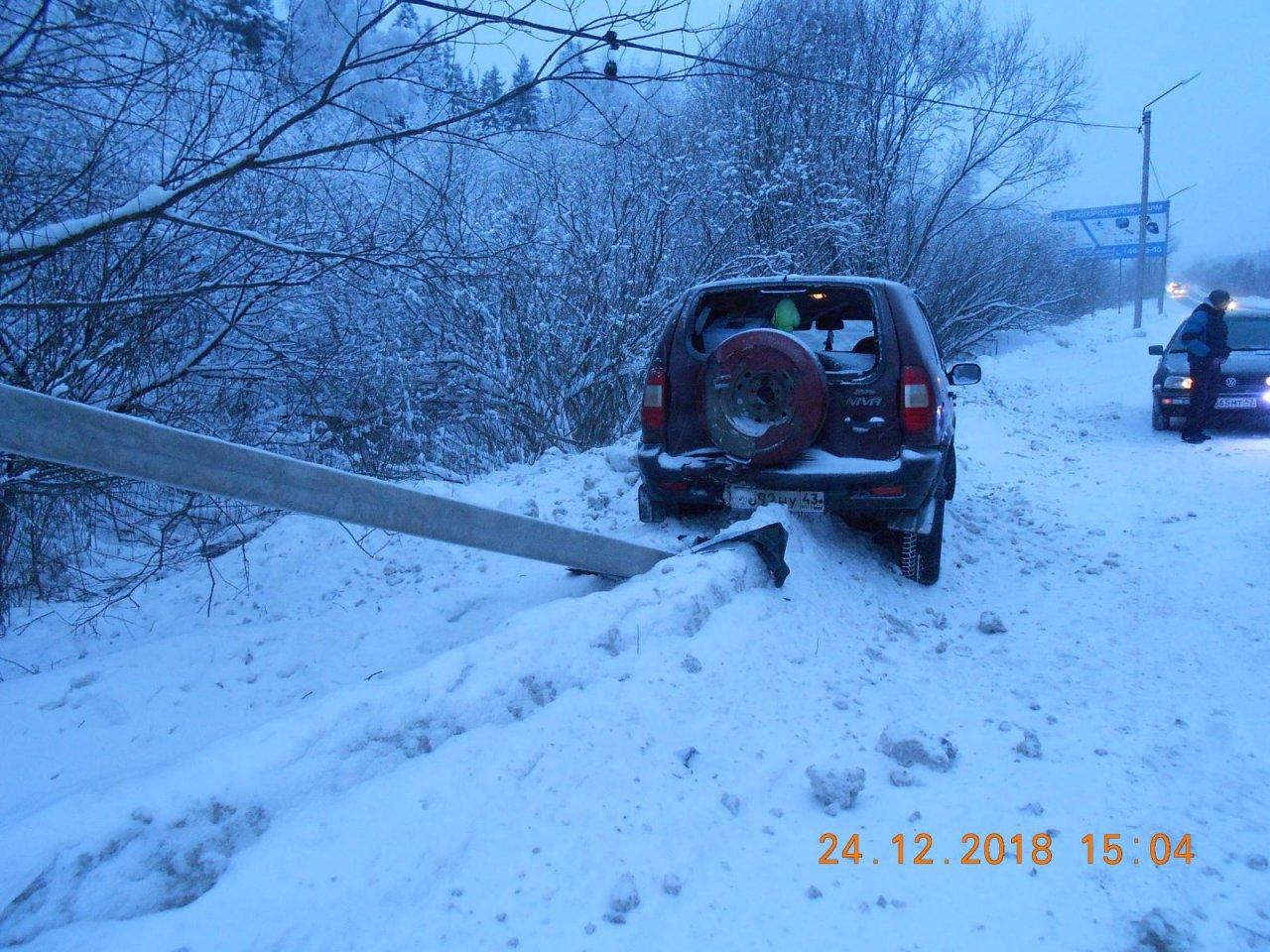 В Чепецке у стелы женщина-водитель на внедорожнике въехала в опору ЛЭП