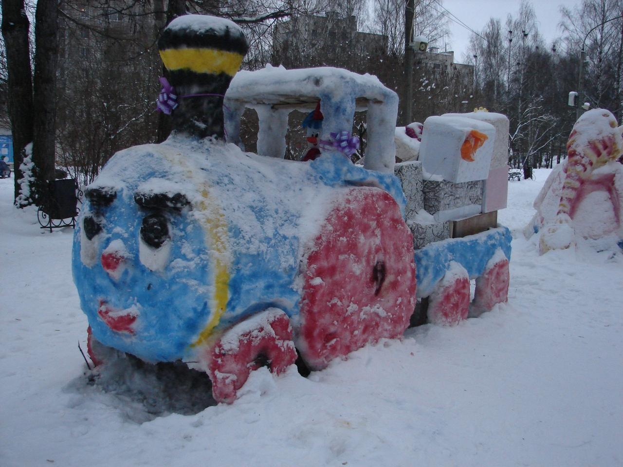 В Чепецке на аллее дети слепили снежные фигуры
