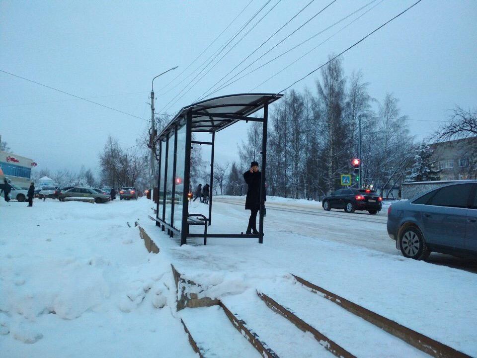 У Центрального рынка в Чепецке поставили новый остановочный павильон