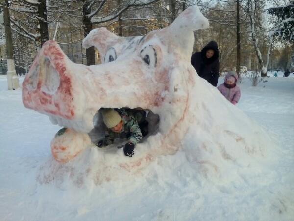 Снежные фигуры не выдерживают внимания со стороны отдыхающих