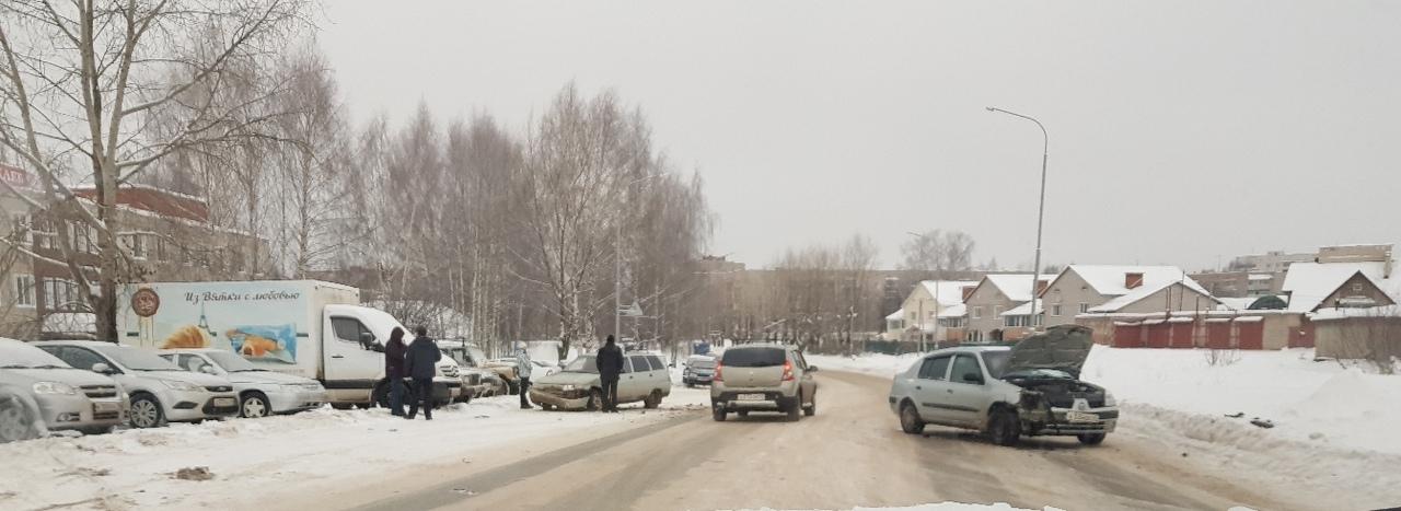 В Чепецке у хлебокомбината ВАЗ не пропустил Renault Symbol