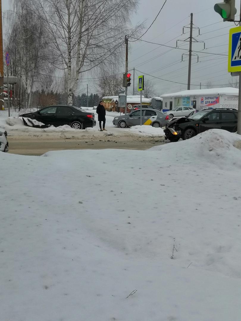 В Чепецке столкнулись две иномарки: от удара одна из машин вылетела на тротуар