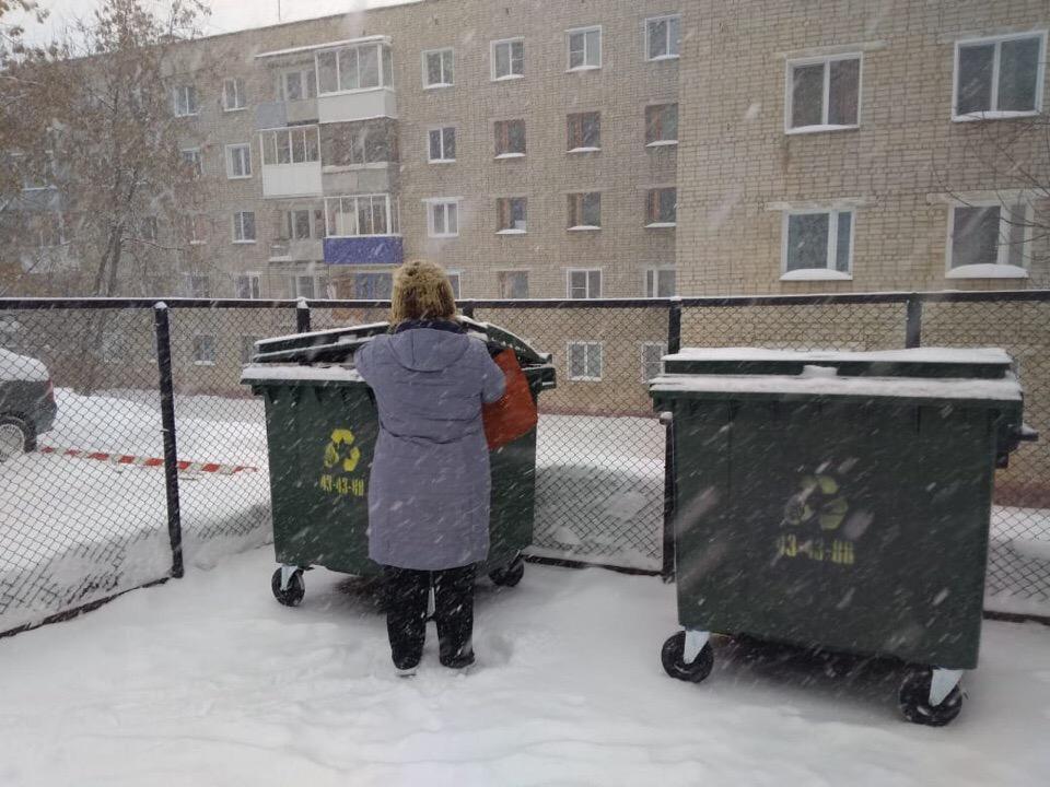 Чепчане возмущаются отсутствием педалей у новых мусорных контейнеров