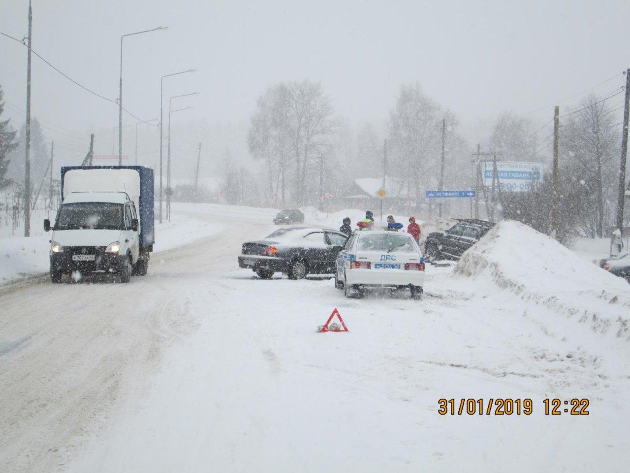 В Чепецком районе после столкновения с Kia «УАЗ» пикап оказался в сугробе